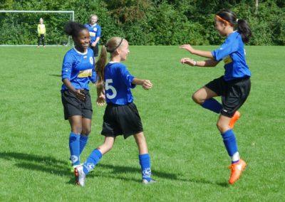Blijdschap bij het meidenvoetbal, voetballen!